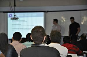 Pessoas assistindo a apresentação