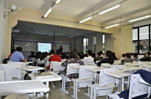 Imagem das pessoas assistindo a apresentação